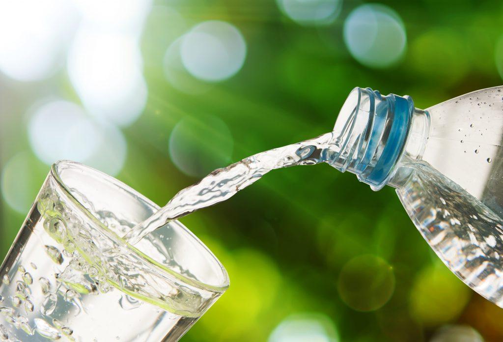 Brote que crece en vidrio con gota de agua, naturaleza y concepto de cuidado Foto Premium